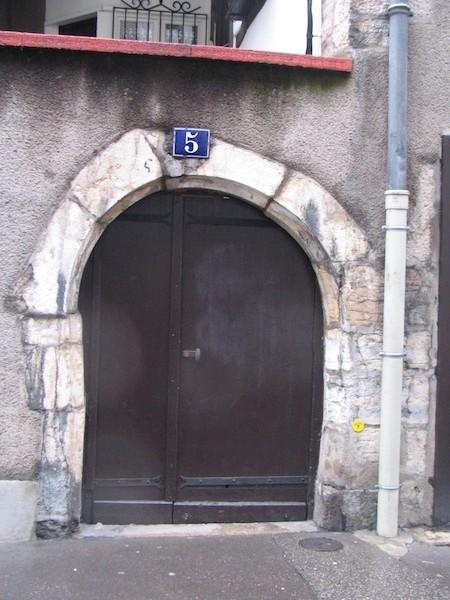 rue de la vieille monnaie-crooked door-stone-040-resized-301204