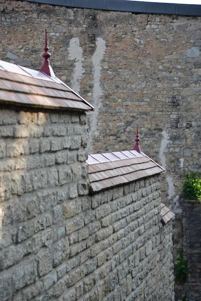 rue du chambrier-DSC_0669-stone walls-red finials-resized-180415