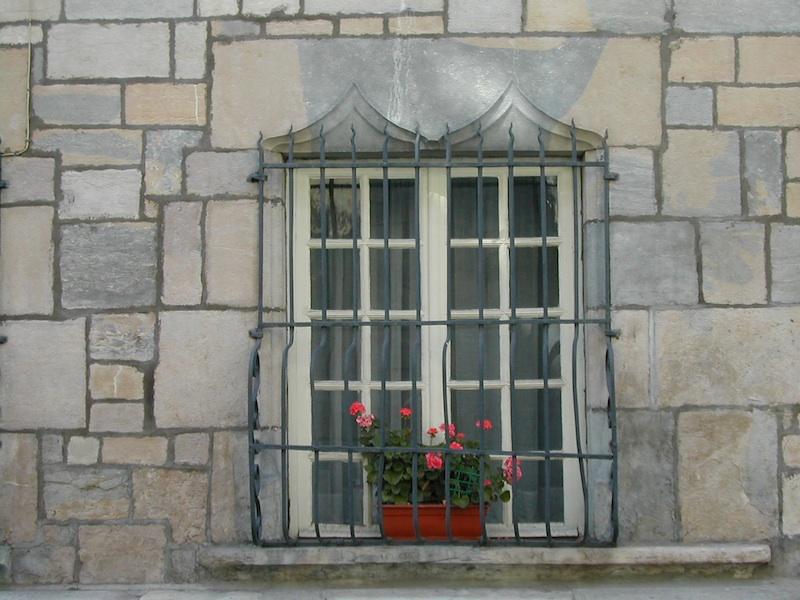 rue renan-dscn1604-stone-arched windows-flowers-resized-180603
