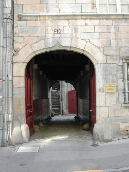 rue renan-dscn1609-red door-stone arch-resized-180603