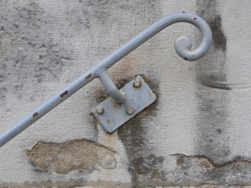 place du theatre-DSCN2364-stone-rail-resized-241215