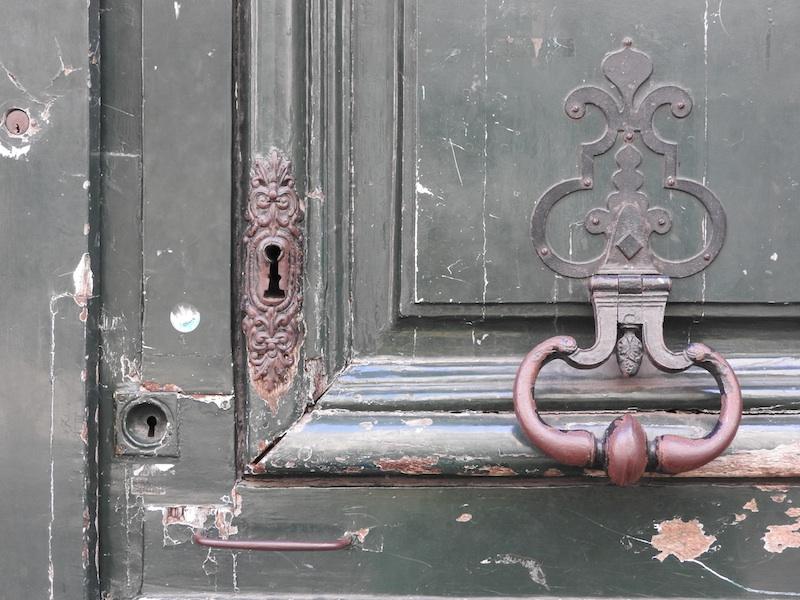rue bonaparte-DSCN2963-19-knocker-keyholes-resized-040116